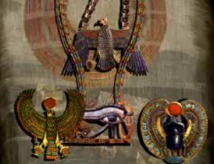 les 3 pendentifs de la momie de Toutankhamon -au centre l'oeil d'oujdat -A Droite Le scarrabé ailé portant un globe - A gauche le faucon solaire portant le soleil