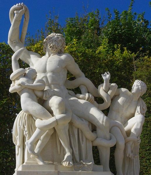 Laocoon et ses fils 1696 marbre jardins de versailles - Dans la mythologie grecque, Laocoon est l'un des protagonistes de l'épisode du cheval de Troie. - deux serpents arrivent de la haute mer alors que Laocoon sacrifie à Poséidon. Ils se jettent sur ses deux fils et les démembrent, puis s'attaquent à Laocoon lui-même, qui tentait en vain de les arrêter.